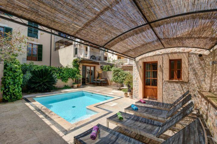 C ntrica casa de pueblo con terrazas y piscina en s ller for Casa con piscina para alquilar
