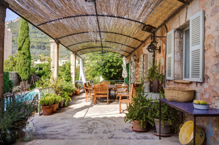 Preciosa y c moda casa de pueblo con garaje piscina y for Piscina jardin centro